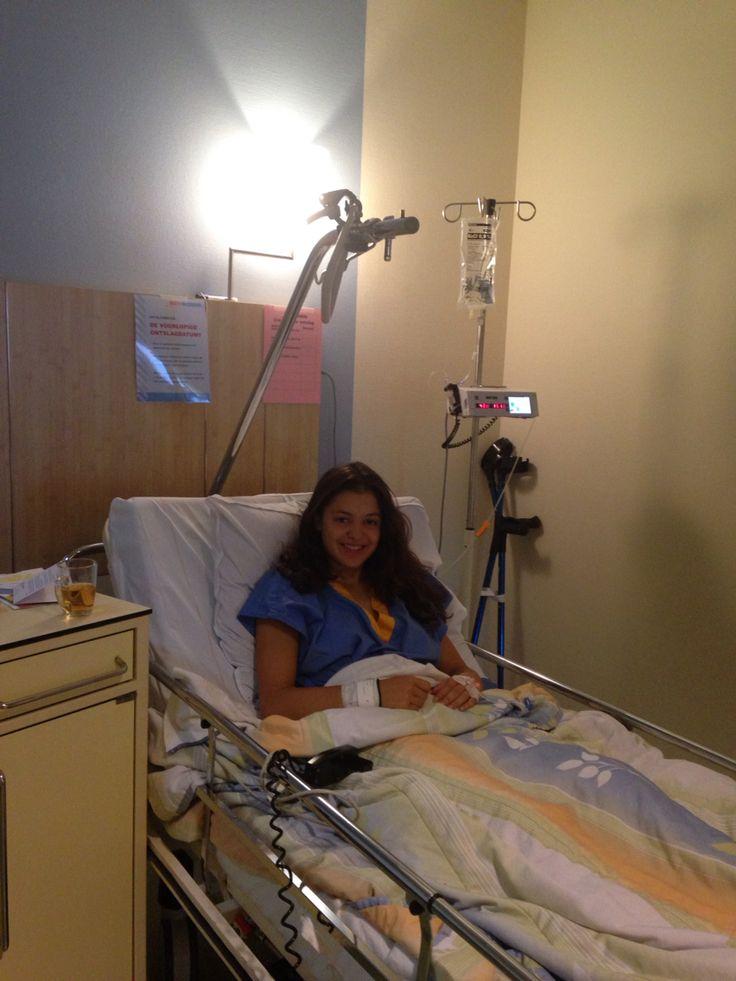 Na de twee uur durende knieoperatie door het orthopeedteam van dokter Van Arkel in de ontwaakkamer. Operatie: voorste kruisband en buitenste knieband (10 sep)