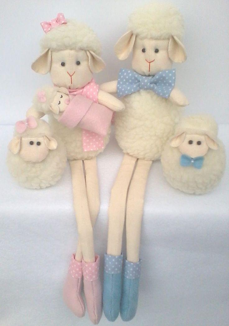 Família de ovelhinhas de pelúcia para decorar o quarto do bebê. Super fofinhas e confeccionadas com enchimento antialérgico. A mamãe e o papai possuem pernas moles, podendo ficar sentadinhos em prateleiras, nichos ou em móveis.  Preço referente a uma mamãe ovelha, um papai ovelha, um bebezinho e ...