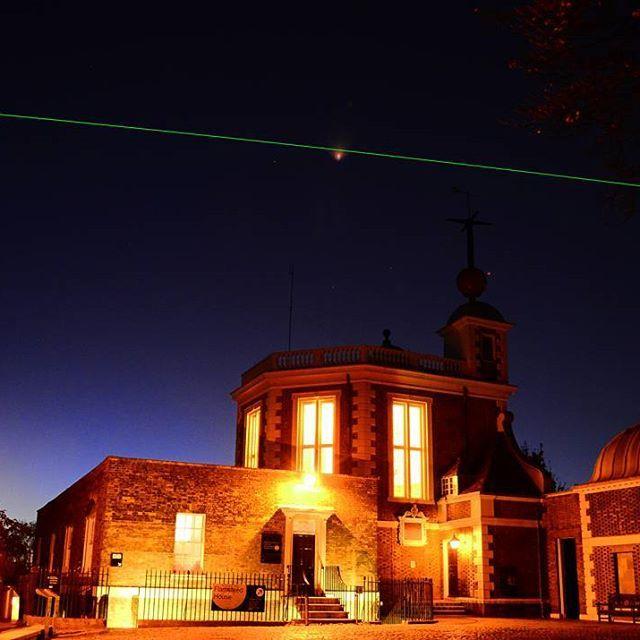 Instagram【tyomonori】さんの写真をピンしています。 《▫▫▫ グリニッジ天文台 このレーザーが本初子午線のはずだったが、2012年に定められた現在の本初子午線は東に100m程ずれているらしい。 しかしここまではっきり見えるレーザーは凄かった  #旅#世界#世界半周#イギリス#英国#グリニッジ天文台#本初子午線#社会#レーザー#夜景#建築#world#trip#RoyalGreenwichObservatory#architecture#art#laser》