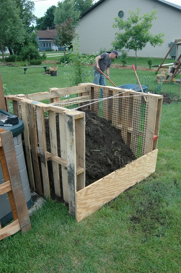 Shallow Thoughts from Iowa: New compost bins made out of wood pallets
