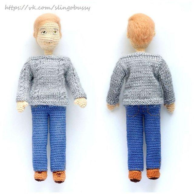 Джон Ватсон наряжен - джинсы, рыжие ботинки и серый свитер с косами ручной вязки. Горловина оформлена лодочкой, так что свитер можно снимать. По персонажу будет два МК -  1) Мужская фигура без одежды (плюс три варианта мужской прически - прямые волосы из ниток, кудрявые волосы, волосы из валяной шерсти) 2) Джон Ватсон с одеждой