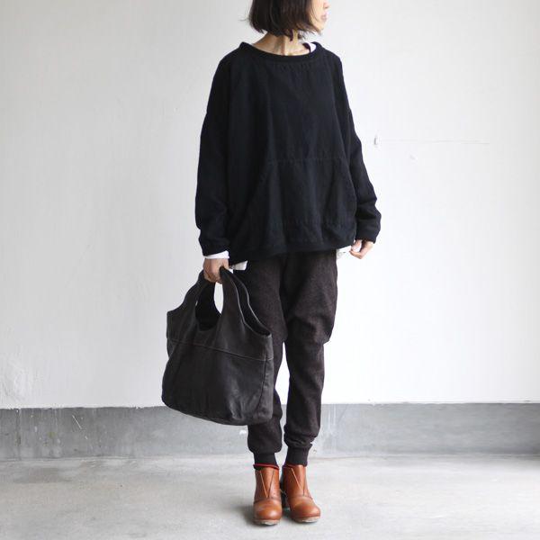 Zwarte Didi broek met lang zwart shirt en kort topje of blouse, kan ook met lange witte blouse en zwart topje eronder