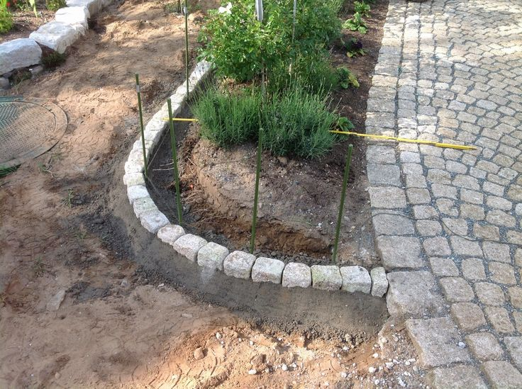 Eine Rasenkante aus Granit entsteht. Eine Granit Rasenkante ist ein wichtiges Element der Gartengestaltung. Besonders die runde Form wirkt harmonisch.