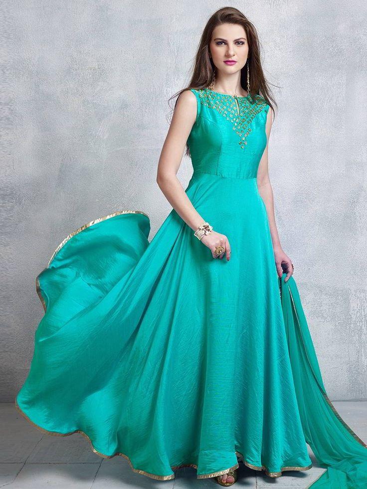 Аквамариновое длинное платье в пол, без рукавов, украшенное вышивкой люрексом