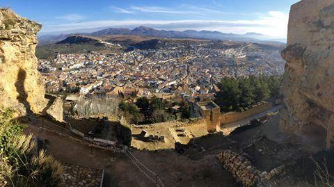 La #FortalezadelaMota, a más de 1000 metros de altitud, sigue siendo una magnífica atalaya natural con unas vistas privilegiadas de #AlcalálaReal.