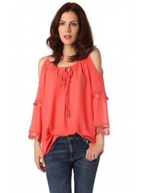*Koraal gekleurde blouse gemaakt van een licht geweven heerlijk draagbare stof.  Ronde halslijn met veter sluiting  open schouders met franjes en kant detail aan de mouwen  Relaxte fit.  Leuk voor overdag gecombineerd met een jeans!