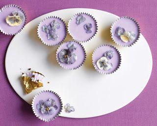 Весенние капкейки с засахаренными цветами  Засахаренные цветы Ингредиенты 1 яичный белок 1 чайная ложка воды 3 стакана сахара 1/3 стакана молока Фиолетовые цветы на ваш вкус без стебельков Фиолетовый пищевой краситель