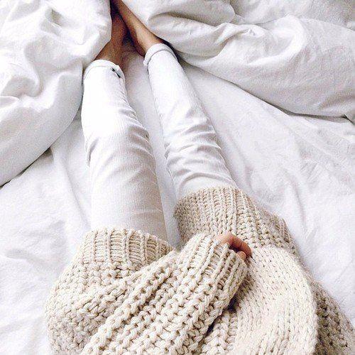 Вязаный бежевый свитер + белые джнсы+кровать+белое одеяло