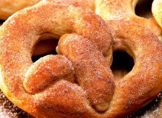 """Você já deve ter ouvido falar no pretzel, o pãozinho tradicional alemão feito em forma de nó. Faça em casa essa delícia - fica ainda mais gostoso. <br /><br /><a href=""""http://mdemulher.abril.com.br/culinaria/receitas/receita-de-pretzel-548532.shtml"""" targe"""