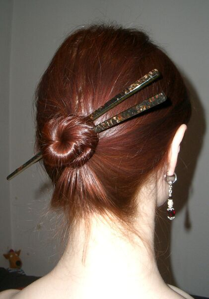 mettre un pic chignon dans ses cheveux