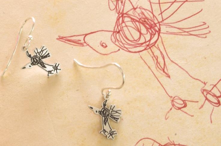 Die Freude über den ersten gemalten Vogel ist riesengroß, da entstehen auch gleich die kleinen Vogelohrringe bei Kritzelsilber. #Schmuck #Silberschmuck #Kinderzeichnung #Kinderbild #Kunst #Design #Designschmuck #Kindermalerei #individualisierter #Unikat #Unikatschmuck #Kritzelei #Kinderschmuck #Weihnachtsgeschenk #Geschenk #Weihnachten #Silber #Silberanhaenger #Kinderkunst #Familie #Silver #Jewelery #Children #drawing #customized #individual #Family #Present #xmas #Ohrringe #Earring