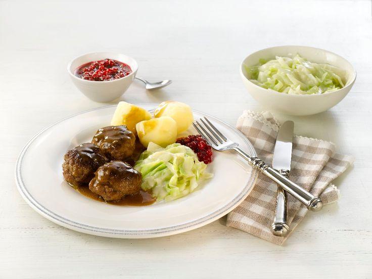 Her er en oppskrift på en av de norske middagsklassikerne: kjøttkaker med brun saus og kålstuing.
