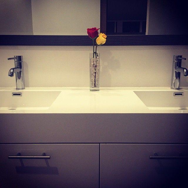 #masterbathroom #doublesink #doublesinkvanity #vanity #white #roses #midcenturyhome #midcentury #modernliving #modern #detail #interiordesign #design #interior