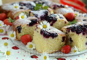 Puszyste ciasto z jeżynami - przyslijprzepis.pl