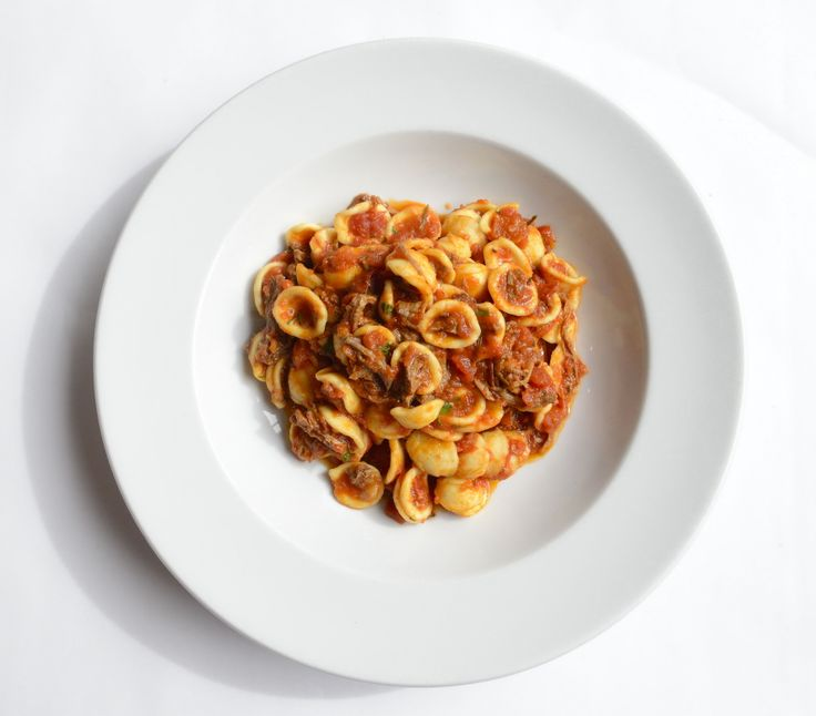 Otantik İtalyan mutfağından nefis bir makarna daha… Kısık ateşte pişmiş, dana eti lifleri ve domates soslu Orecchiette Pugliesi.