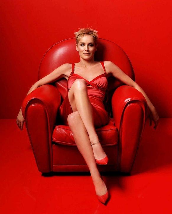 голая девочка в красных перчатках