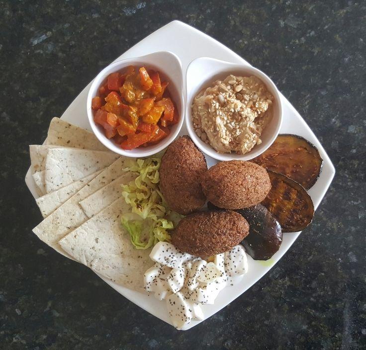 Hoy almuerzo vegetariano a base de cocina hindú: tomates masala tabule de garbanzos albondigas de lentejas y pan naan! #almuerzo #hindu #vegetariano #receta #sigueme #followme