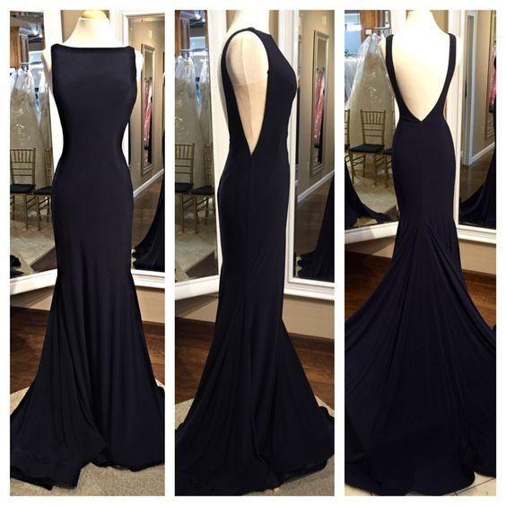 Vestido longo preto com decote nas costas e lateral