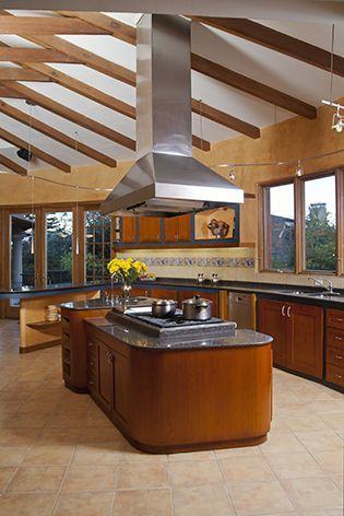 Espaciosa cocina, rústica y contemporánea con una isla central para cocinar. REVISTA CLAVE 43  Foto: Jorge Luis Narvaez #cocinasrusticasconisla