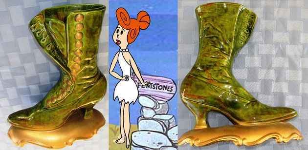 "Lindo florerito con forma de bota de tatarabuela cocinado por Atlantic Molds y aderezado por Wilma Picapiedra / Green ceramic Victorian boot vase hand painted signed 'Wilma' ~ Atlantic Molds boot vase ~ Victorian boot vase décor ~ Beautiful Atlantic Molds/'Wilma' green ceramic ~ Victorian boot planter hand painted; it measures (base included) approximately 10¾"" tall x 9½"" long x 5"" wide. Good vintage condition"