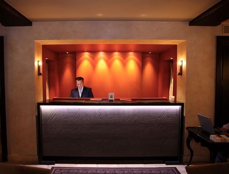 Petit bijoux de la Place des Vosges à Paris, ce petit hôtel de 25 chambres est affilié à Small Luxury Hotels et Chateau Hôtel Collection. Le Petit Moulin, décoré par Christian Lacroix et le Pavillon des Lettres font également partie de la même famille.