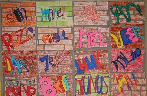 Les over graffiti lesidee. In deze les heb ik de leerlingen geleerd dat je letters ook op een sierlijke manier kunt maken. We hebben dit eerst geoefend met elkaar en elkaar ons eigen voorbeeld laten zien. Als de leerlingen wisten hoe ze de eigen naam wilden weergeven, mochten ze beginnen. De leerlingen hebben niet een muur als achtergrond, maar zelf een achtergrond ontworpen.  In deze les hebben we het ook gehad over het kijken naar jezelf. Hoe kun je in bijvoorbeeld een tekening van je naam…