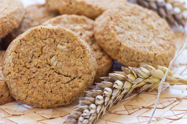 Domácí ovesné sušenky 1 hrnek ovesných vloček 1 hrnek špaldové celozrnné mouky 1/2 hrnku třtinového nerafinovaného cukru 1/2 hrnku sekaných vlašských nebo lískových ořechů 100 g řepkového oleje 3 lžíce medu 1 1/2 lžičky jedlé sody špetka skořice 4 lžíce libovolných semínek