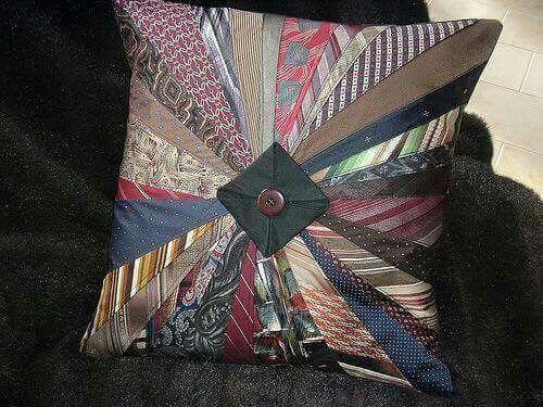Kussen van stropdassen van een dierbare