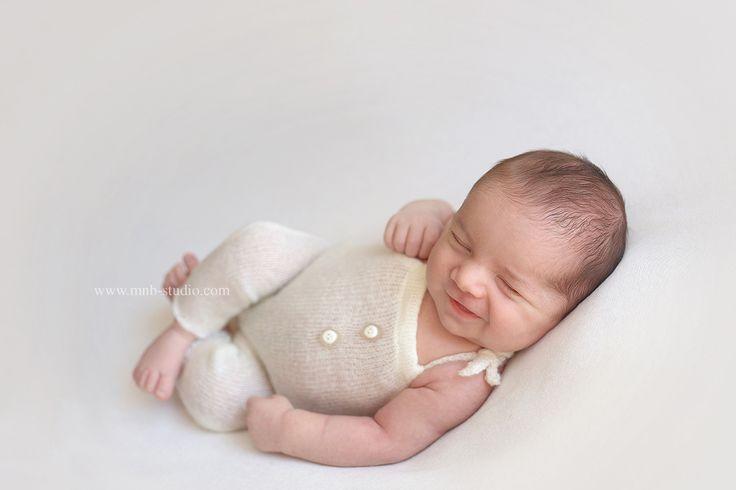 Самая яркая первая улыбка ! 😍Съемка новорожденных малышей возможна в первые 2 недели после их рождения. Именно в этот период малыш очень гибкий и хорошо спит. И , если вдруг ,вы не успели провести съемку или записаться заранее, варианты съемки в стиле ньюборн возможны и в более старшем возрасте! 👈Большой опыт и практика работы с малышами, огромный выбор реквизита для съемки помогают создавать великолепные открытки и с месячными малышами!😊#best_newborn_photo #bestpicturesofnewborns…
