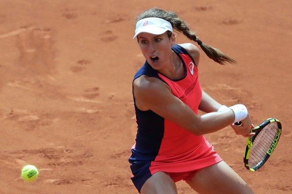Britain's Johanna Konta returns the ball to Taiwan's Su-Wei Hsieh during their tennis match at the Roland Garros 2017 French Open on May 30, 2017 in Paris.  / AFP PHOTO / Thomas Samson