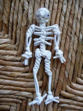 Marinette a écrit:Comme promis voici le squelette: Début par un scoubidou 3 brins avec 2 fils pliés en deux( on garde 1 fil en attente qui servira pour fixer la