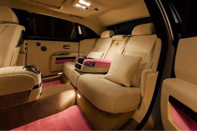 Rolls-Royce : une Ghost rose et argent pour la bonne cause