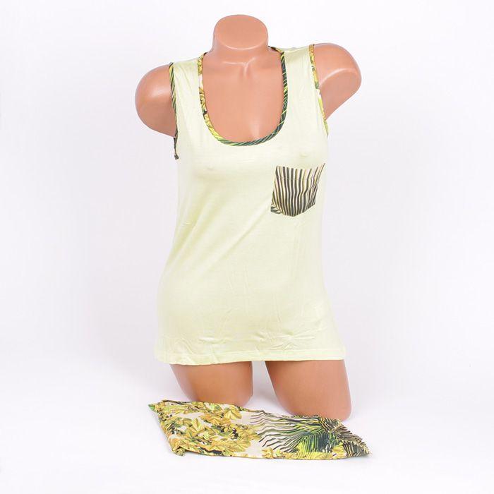 Летен комплект за сън от две части - потник и къси панталонки. Потника е в светлозелен цвят, с широки презрамки и обло деколте, по ръба на които има лента в зелен принт с листа. В лявата страна има малко джобче също в принт зелени листа. Късите панталонки са широки, с ластик и декоративни връзки с пискюли. Изпъстрени са с разкошни зелени листа.
