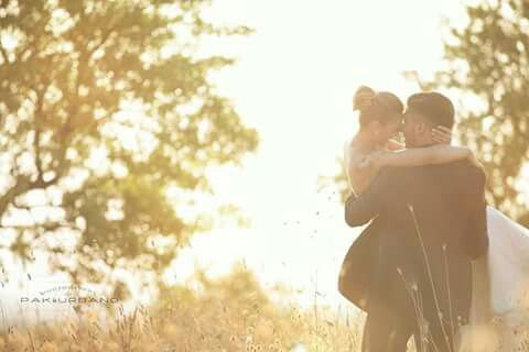 Abbracci love amore flare wedding tramonto reportage hair hugs sunset sorrisi light luce baci kiss nature