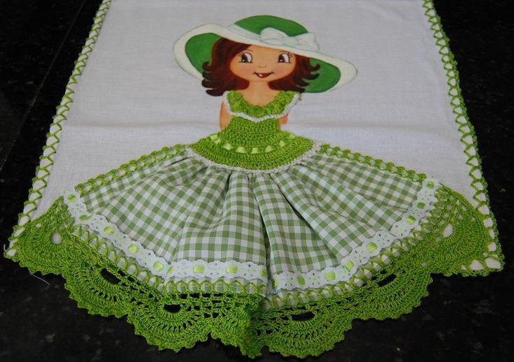 Pano de prato menina, sacaria de boa qualidade, vestido de crochê, saia de tecido com passa fita em poliéster e barrado de crochê com linha seda.