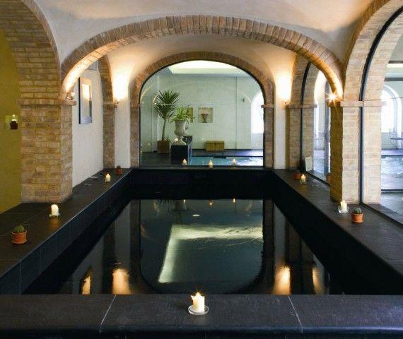 Ampie sale da #bagno con #parquet in #quercia, eleganti #vasche bianche posate davanti a larghi finestroni, si aprono davanti ad un #paesaggio incantevole.