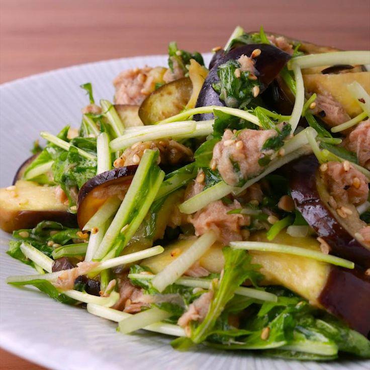 「レンジで簡単 ナスと水菜のツナサラダ」の作り方を簡単で分かりやすい料理動画で紹介しています。火を使わず、レンジでパパッと簡単に作れる、ナスと水菜のツナサラダはいかがでしょうか。 シャキシャキの水菜と、柔らかいナスが、ツナととてもよく合いますよ。 お酒のおつまみとしてもぴったりなので、是非作ってみてくださいね。