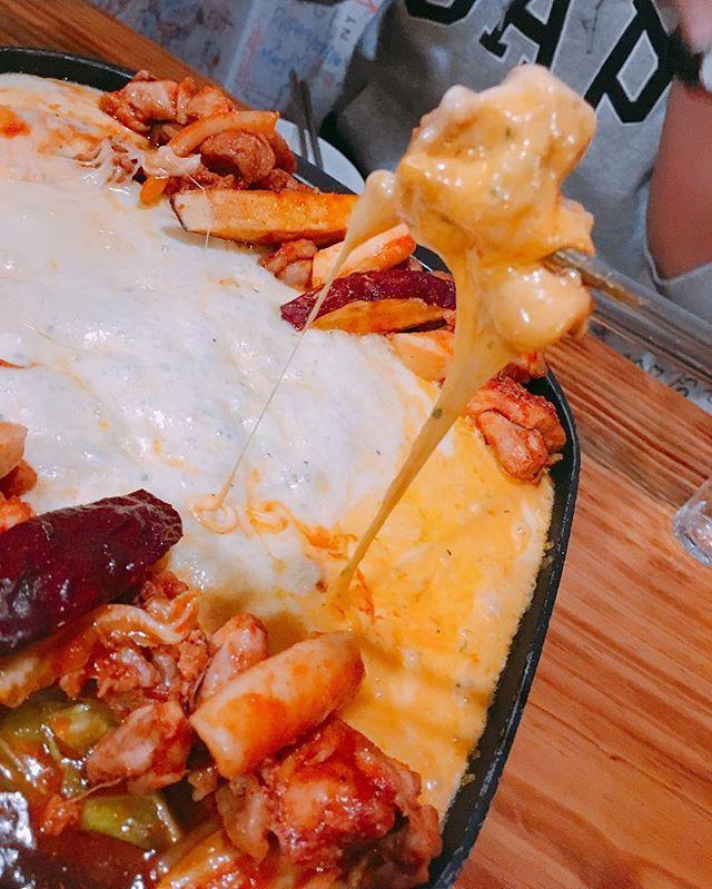 """韓国で人気の""""チーズタッカルビ""""って知ってますか?甘辛く味付けされたお肉や野菜、トッポギを、とろとろチーズに絡めてたべるお料理です。聞いただけでよだれが出てきそうなチーズタッカルビを東京の新大久保で食べられるんです!そんな新大久保のチーズタッカルビが食べられるお店を紹介します☆"""