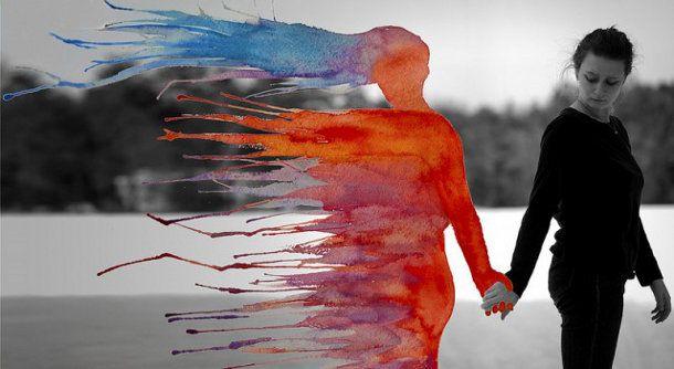 Spattende aquarel portretten. Beeldend kunstenaar Aliza Razell combineert fotografie en aquarel in haar serie zelfportretten die voorzien zijn van spattende kleuren. Bekijk haar werk uit de series met de titel Anesidora en Ikävä hieronder, die bestaan uit grote en verrassende surrealistische foto's.