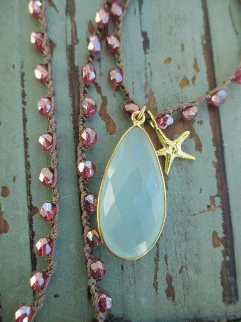Calcedonio uncinetto collana - frutti di mare - fucsia rosa magenta cielo blu vermeil stella marina spiaggia boho di slashKnots