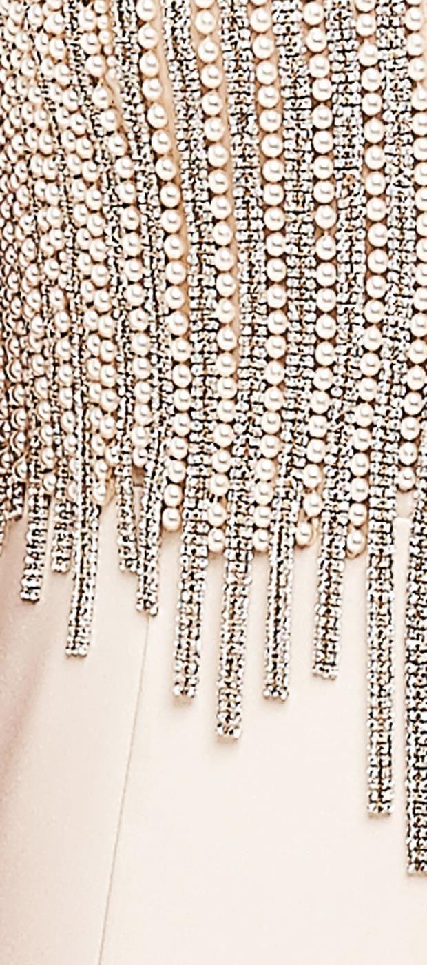 Vestido longo com saia sereia em crepe acetinado e parte superior com bordado em pérolas e cristais. O desenho do bordado é o destaque da peça com efeito gráfico. O tule no decote da frente e das cost...