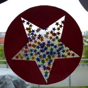 Rechthoekig blaadje en en dan plakplastic. Hier uitprikken van een ster,kerstboom of kerstbal. En dan heb je een placemat!