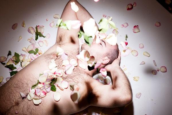 Aksel full of rosepeddles
