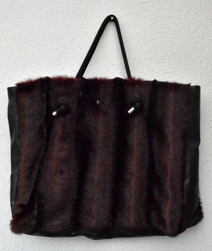 grand sac rouge fausse fourrure anse en corde int rieur coton noir et poche sacs cabas. Black Bedroom Furniture Sets. Home Design Ideas
