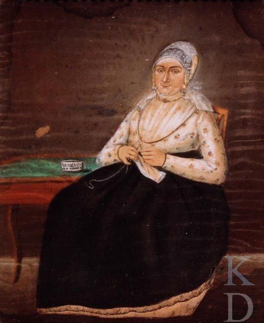 attributed to Rienk Jelgerhuis Portret van Johanna van der Endt (1758-1784); gehuwd in Vlaardingen 1784 Witte kanten (streek)muts over gouden kap. Gebloemde, gedecolleteerd japon, met witte haldoek; zwarte overrok. Zittend op een stoel naast een kleine tafel. Op schoot een breiwerk. 1775-1799 #ZuidHolland #Vlaardingen