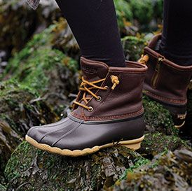Photo of person in Sperry Saltwater Duckboots standing on rocks size 6