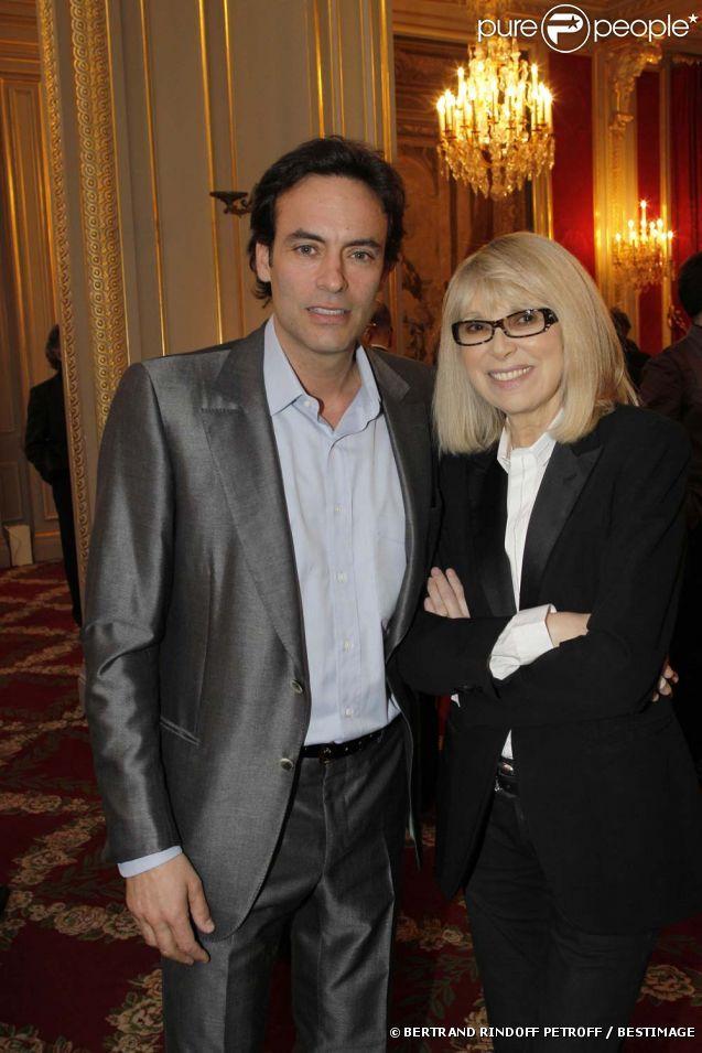 Mireille Darc et Anthony Delon à la cérémonie organisée à l'Élysée où le président a décoré onze  personnalités du monde des arts et du spectacle, le 14 mars 2012.