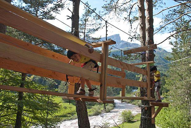 La Selva de Oza es un espacio natural único para visitar en otoño con niños, está incluido en el Parque Natural de los Valles Occidentales de La Jacetania, Este