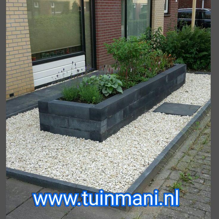 Een voortuin met betontegels van 60x60cm in de kleur antraciet. Met antraciete muurblokken heeft de tuin toch nog mooie bloembakken ! En het mooie witte siergrind maakt het helemaal compleet!Geplaatst door en verkrijgbaar bij Tuinmani www.tuinmani.nl sierbestrating zijn in verkrijgbaar in keramisch , natuursteen , gebakken en composiet . tuin terras bestrating