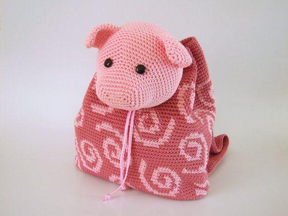 Practica la técnica tapestry crochet para hacer la textura de cerdito y formar el bolso. Después haz la cabeza que funciona como tapa y da el toque alegre al diseño. Las asas de la mochila pueden tejerse para niños de 3 a 6 años de edad (el niño en la foto tiene 3 años). La mochila es de un solo tamaño.  NIVEL DE DIFICULTAD Intermedio: Para este diseño se usan puntadas esenciales de ganchillo, aumentos básicos, patrón de tapestry crochet de nivel medio y técnicas simples de terminado…
